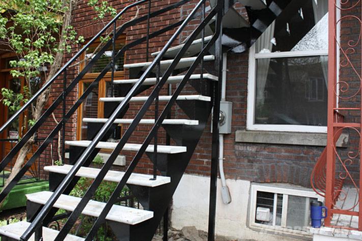 Peinture d'un escalier en fer forgé